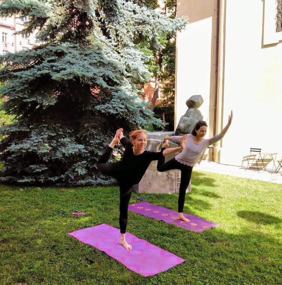 Ranní jóga v zahradě